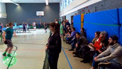 Mit Interesse verfolgten die vielen Zuschauer auf die Spiele der Spieler(innen). Foto: Stefan Laagland