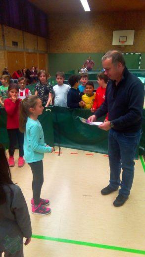 Siegerehrung Mädchen 1. Platz Mädchen Aliya Eickholt durch den Ausrichter TSSV Bottrop.